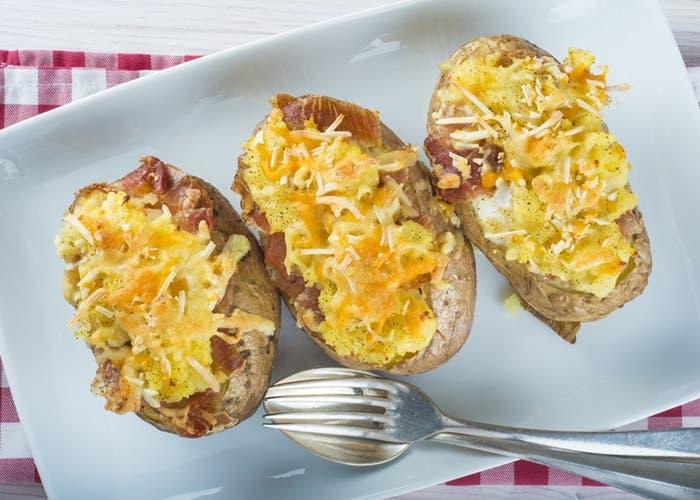 Patatas rellenas de carne y queso