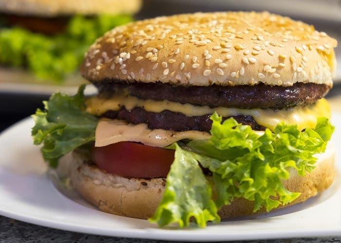 Por qué es peligroso comer hamburguesas poco cocidas y muy quemadas