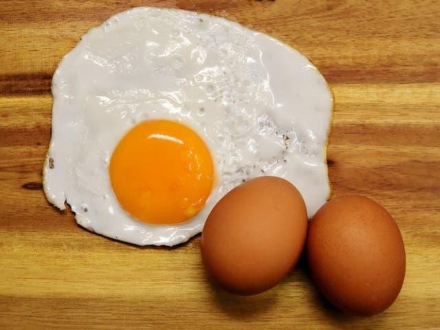 C mo cocinar huevos fritos en su punto for Cocinar yemas de huevo
