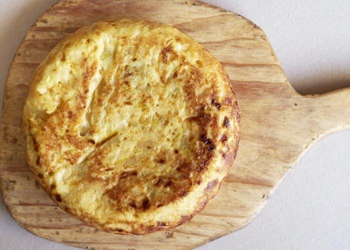 Tortilla de puerros y patatas, receta paso a paso