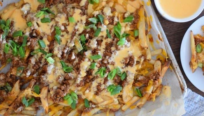 Patatas fritas con chili y queso