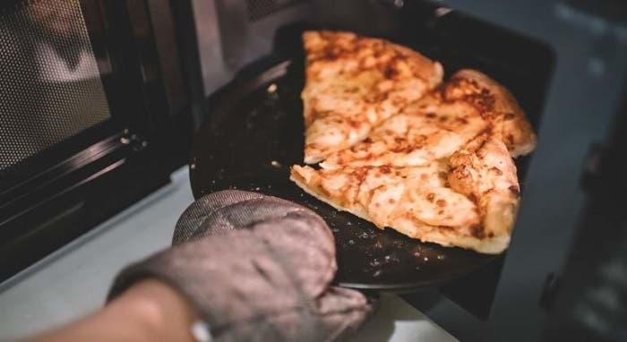 ¡No más pizza fría! Aquí tienes 3 formas de recalentarla
