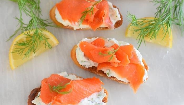 Crostinis de salmón ahumado