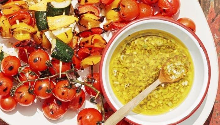 Receta de brochetas de vegetales con vinagreta de cebolleta y limón