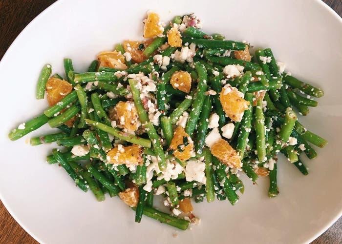 ensalada de judías verdes con clementinas, trigo bulgur y queso feta