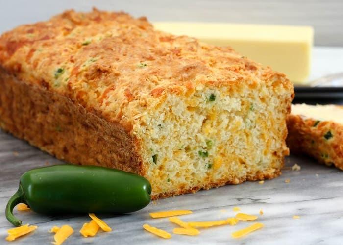 Pan de queso cheddar y chile jalapeño