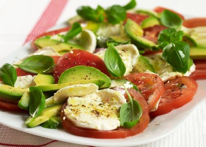 Receta de ensalada caprese de tomate, mozzarella, albahaca y aguacate