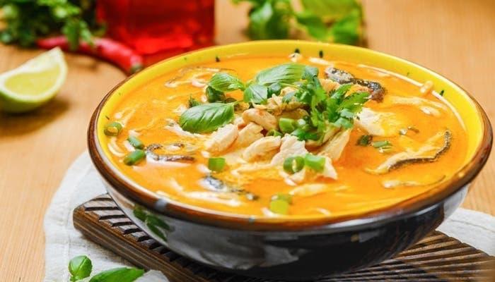 Receta de sopa de pollo tailandesa con leche de coco