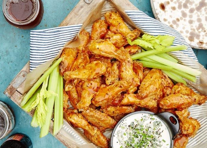 alas de pollo al horno con salsa de queso azul