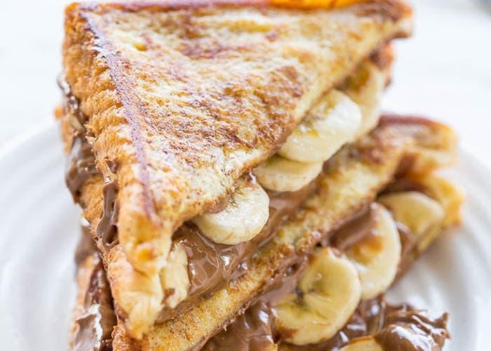 tostadas francesas rellenas de plátano y mantequilla de maní con chocolate