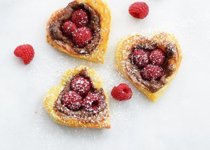 Corazones de hojaldre de frambuesa y nutella