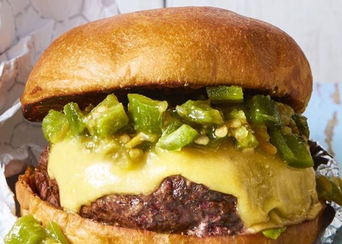 Hamburguesa con queso y chiles verdes