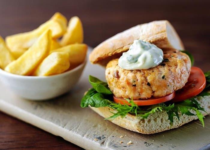 Hamburguesa de salmón con mayonesa de albahaca y lima