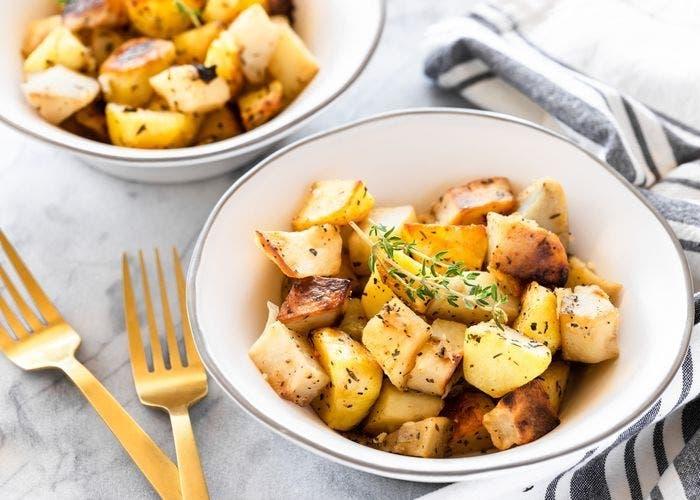 Patatas asadas con albahaca tomillo y ajo