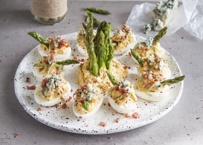 Receta de huevos endemoniados con queso azul, tocino y espárragos