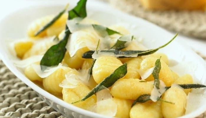 noquis con mantequilla, salvia y queso parmesano