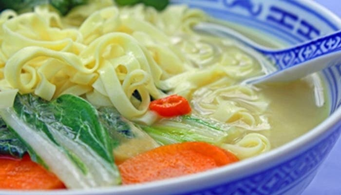 sopa tailandesa de coco con fideos y vegetales