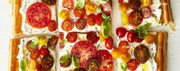 Tarta de ricota con hierbas y tomates frescos