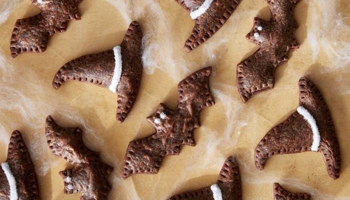 Receta de galletas de chocolate rellenas con forma de sombreros de brujas y murciélagos