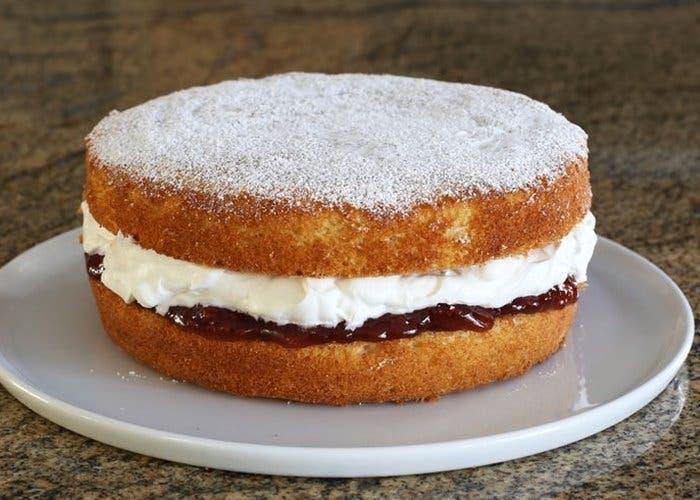 receta de pastel reina con crema batida y mermelada