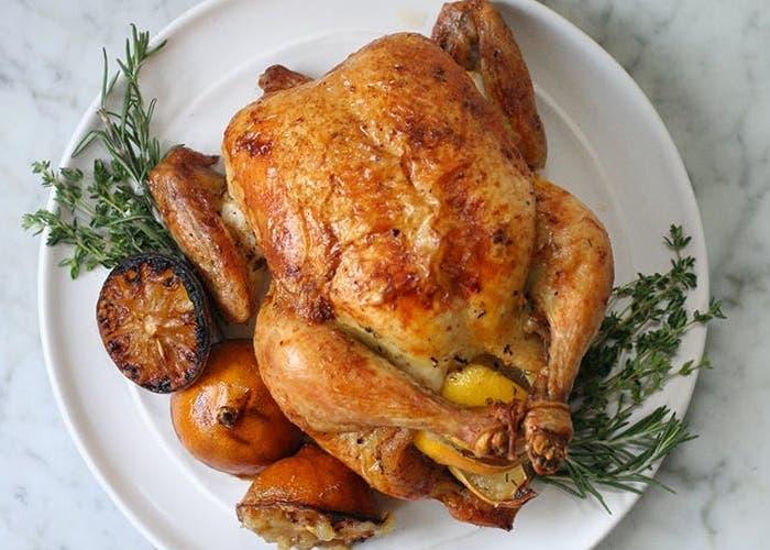 receta de pollo asado con hierbas aromáticas y limón