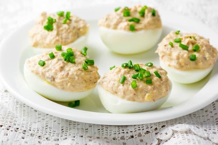 Huevos rellenos de pollo