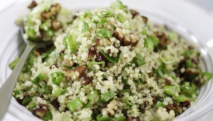 Receta de ensalada de quínoa con frutos secos y menta