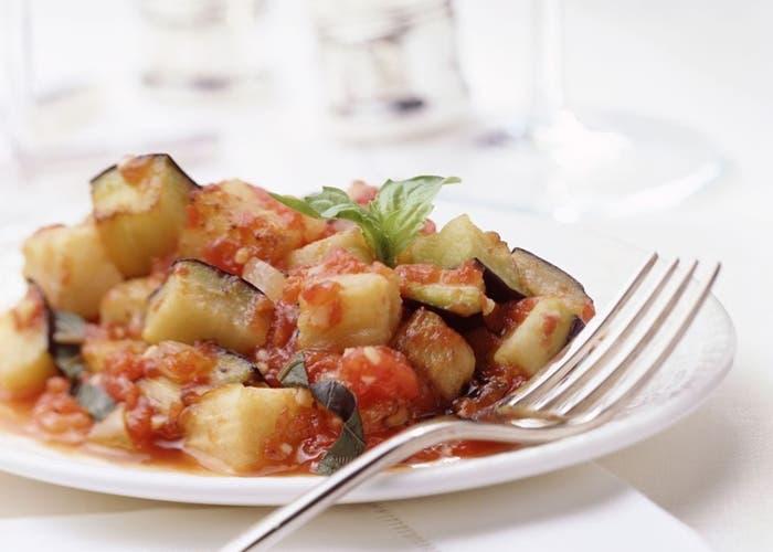 Receta de ratatouille con berenjenas, tomates y hierbas aromáticas