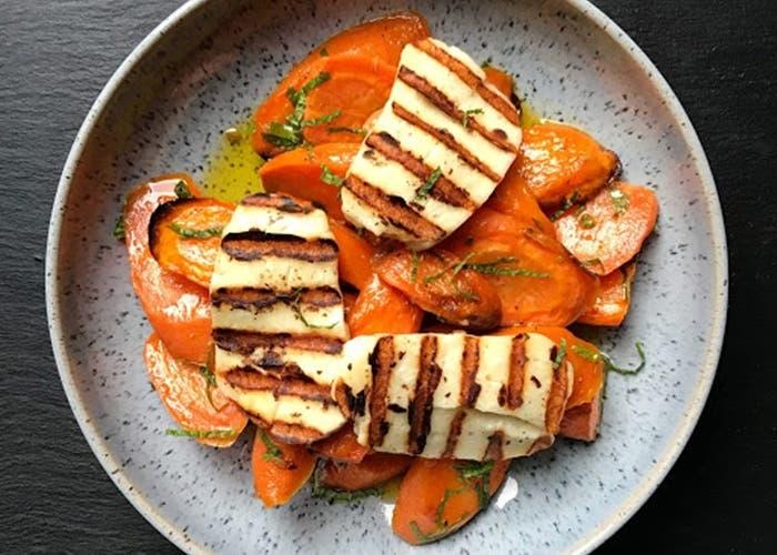 zanahorias agridulces asadas con menta y queso halloumi