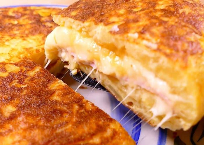 Receta de tortilla de patatas rellena de jamón y queso