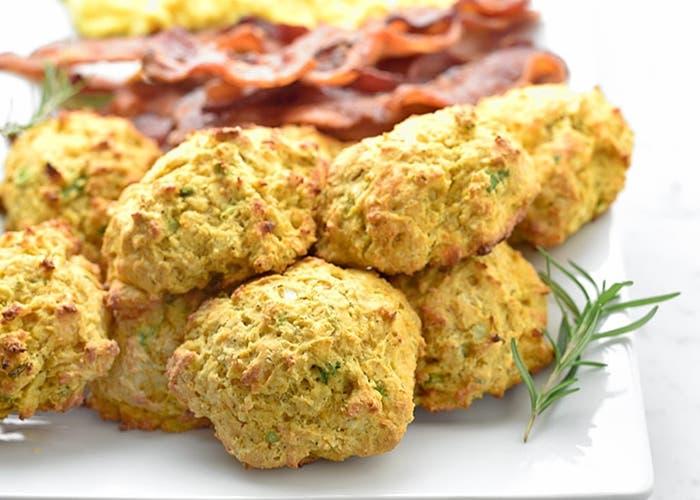galletas de patatas dulces y queso cheddar