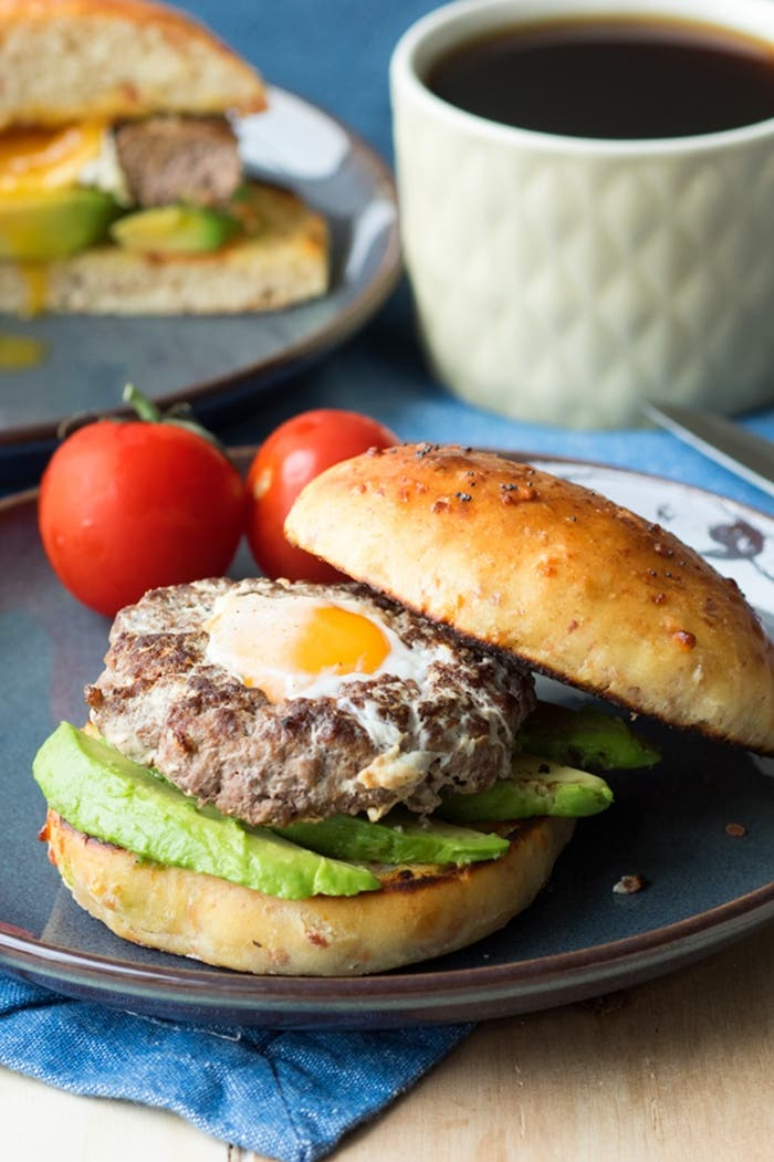 Receta de hamburguesas de carne con huevo frito en el centro