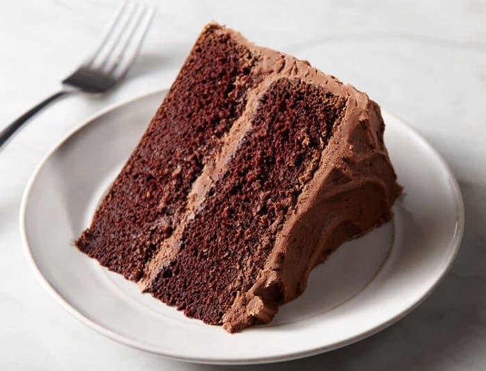 Pastel de chocolate con glaseado de chocolate