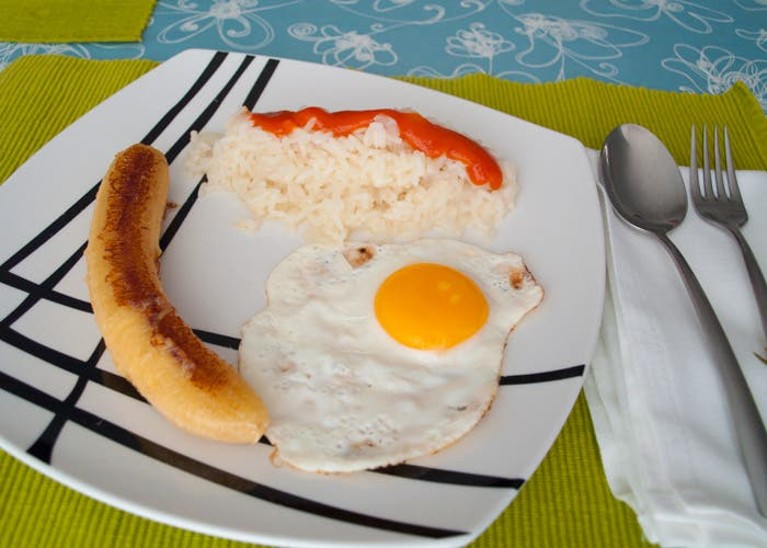 Presentación del plato de arroz a la cubana