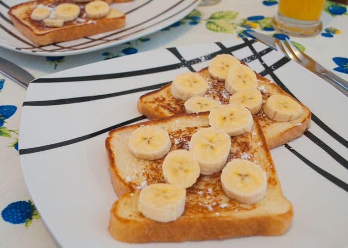 Presentación de tostadas francesas con plátano